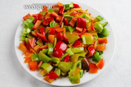 Плоды сладкого перца вымыть, обсушить, очистить от внутренней мякоти с семенами и разрезать крупно на части.
