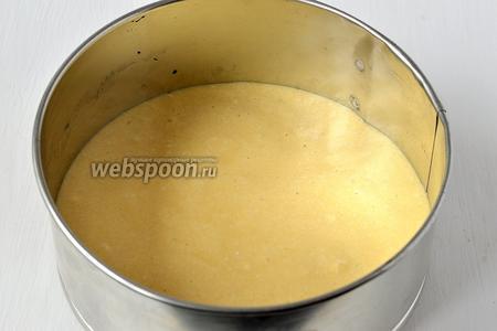 Выложить тесто в форму для выпечки, проложенную кулинарной бумагой.