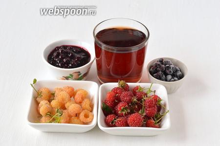 Для приготовления ягодного глинтвейна нам понадобится красное сухое вино, черника, малина (у меня два сорта — красная и белая), смородиновое варенье.