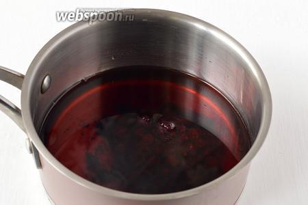Соединить вино и смородиновое варенье. Довести смесь до 45 ºC.