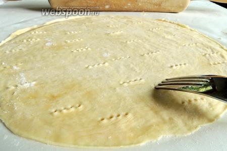 Протыкаем насквозь тесто часто вилкой. Переносим корж вместе с бумагой на противень.