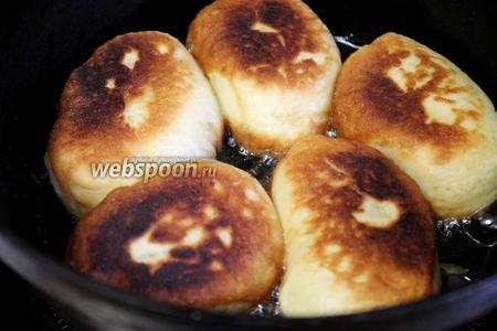 Обжаривать со всех сторон на среднем огне. Пирожки сильно увеличиваются — тесто пышное и воздушное.