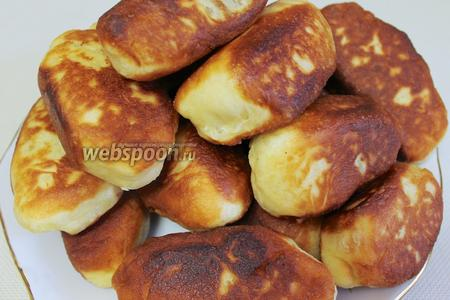 Вот такие румяные пирожки выложить на блюдо и угощать семью с чаем или молоком.