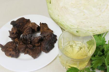 Для начинки взять отварную или обжаренную говядину — у меня остатки жареного шашлыка, капусту, петрушку, если мясо суховато — сливочное или растительное масло. Для жарки взять подсолнечное масло.