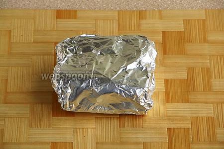 Завернуть кусочки сала в фольгу, сложить их в полиэтиленовый пакет и хранить в морозильной камере. Перед употреблением кусочек сала нужно подержать при комнатной температуре около 10 минут, чтобы при нарезании оно не крошилось. Подать с хреном, аджикой или горчицей.