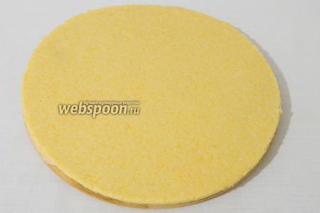Охлажденное тесто раскатываем в пласт толщиною до 3 мм.