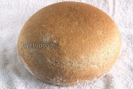 Выпекайте хлеб 35-40 минут. Когда при постукивании по корочке, слышится пустой звук — хлеб готов! Достаньте его из формы и остудите при комнатной температуре. Можно накрыть хлеб полотенцем! После остывания хлеб можно резать и подавать к столу, приятного аппетита!
