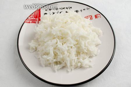 Выложить рис в тарелку. Подавать с овощами, соусами.