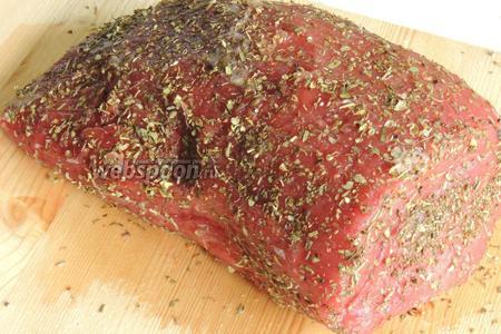 Мясо за 2 часа до обжаривания держим при комнатной температуре. За 10-15 минут до обжаривания приправим и солим филе вокруг. Дадим постоять, пока работаем с грибами.