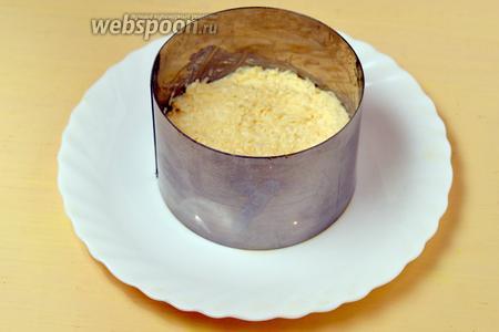 Второй слой — сыр с чесноком.