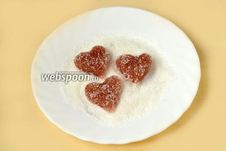 Застывший мармелад обваливаем в сахарном песке.