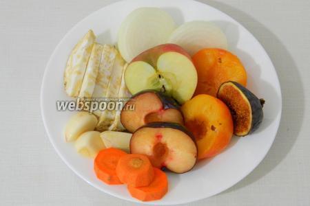 Все указанные овощи и фрукты крупно нарезаем или оставляем целиком.