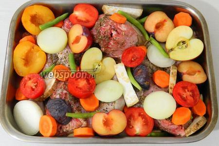 Выкладываем все овощи и фрукты к кролику.