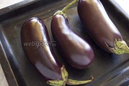 Баклажаны промыть, сделать надколы острием ножа, выложить на противень, запечь при 180°C в течение 20-30 минут до мягкости.