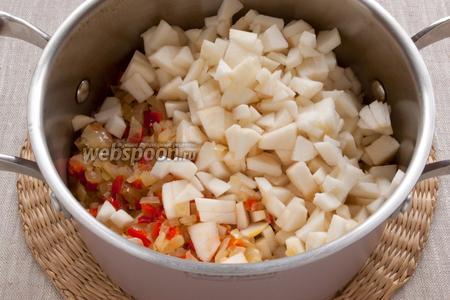 Переложить обжаренные овощи в кастрюльку, добавить мелко нарезанные яблоки без кожуры и сердцевины.