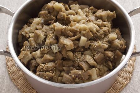 С тёплых баклажан снять шкурку, мякоть мелко нарезать, добавить к продуктам в кастрюле. Потушить всё вместе 5 минут.