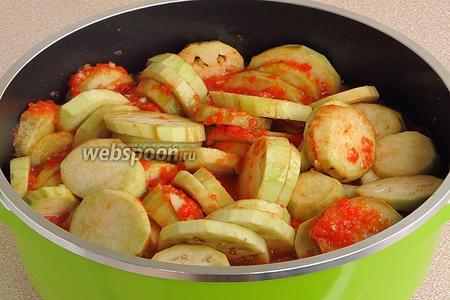 Овощную массу перемешать, довести до кипения и выложить в неё подготовленные баклажаны.