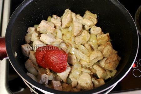 Добавить в сотейник томатную пасту, влить вино.