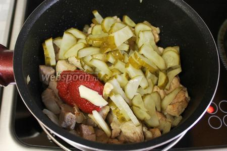 Затем добавить огурцы и чеснок.