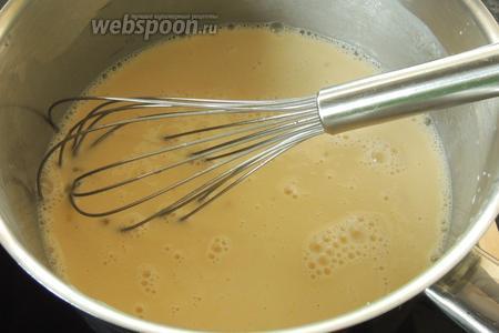 Вливаем яйца с крахмалом в подогретое молоко. Интенсивно мешая, доводим молоко до точки кипения, но не кипятим, убираем с огня и дальше мешаем ещё 2 минуты. Крем загустеет.