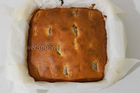 Выпекаем при температуре 175°С 40 минут, проверяем пирог на готовность и охлаждаем.