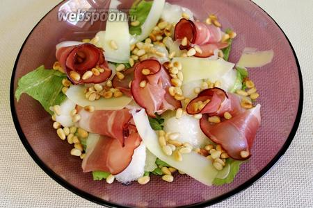 Перед подачей салат полить заправкой.