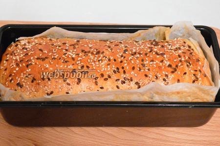 Переложить в форму, предварительно застеленной пекарской бумагой и смазанной маслом. Оставить на минут 15 в тёплом месте, дать подойти тесту. Затем смазать желтком яичным, по желанию присыпать семенами кунжута, отправить в разогретую до 180-200°C духовку на минут 20.