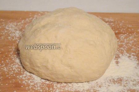 В большую миску просеять муку, добавить молоко, оставшуюся воду, перелить опару подошедшую. Замесить тесто.