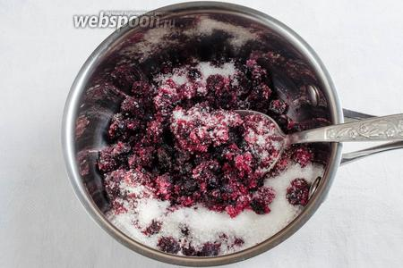 Тем временем приготовить начинку. Ягоды черники разморозить при комнатной температуре. Смешать с сахаром, нагреть на малом огне, помешивая, до растворения сахара.