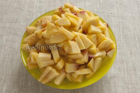 Тем временем нужно подготовить персики: промыть их, вынуть косточку, срезать шкурку, мякоть нарезать небольшими кусочками.