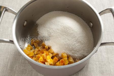В кастрюльку выложить курагу вместе с остатками вина, добавить сахар.