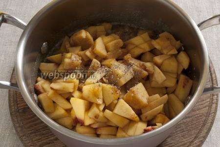 Добавить персики. Вынуть содержимое коробочек кардамона, растолочь и добавить к персикам.
