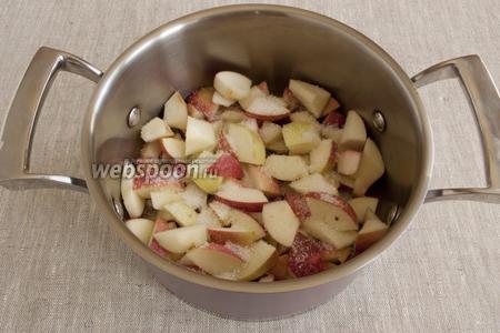 Яблоки и груши промыть, мелко нарезать, удаляя сердцевину. Поочередно слоями выложить в кастрюлю, пересыпая сахаром.