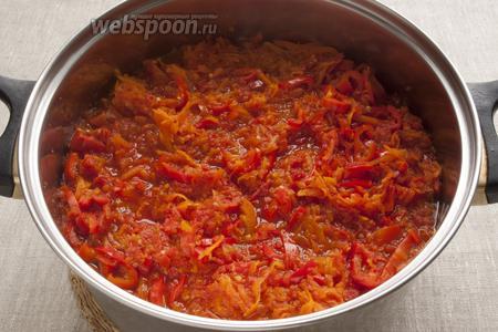 Соединить в большой кастрюле томатное пюре и морковь, варить 20 минут. Добавить сладкий перец и варить ещё 20 минут.
