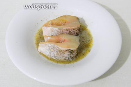 Яйцо взбиваем с солью и перцем, обмакиваем в нём кусочки рыбы.