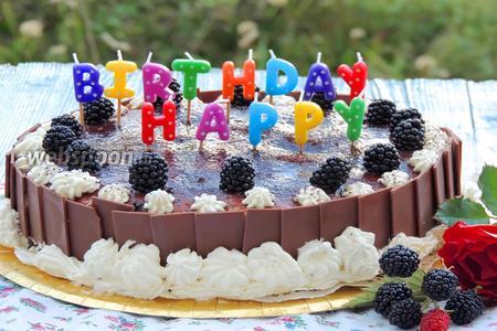 Торт с пудингом и ягодами