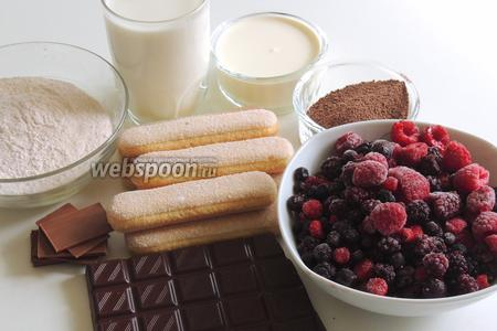 Подготовим ингредиенты: порошок пудинга, печенье Савоярди, шоколад, шоколадные плитки тонкие, молоко, сахарную пудру, какао-порошок, сливки жирностью не менее 35%, ягоды свежие или замороженные.