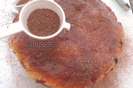 Освобождаем из формы. Присыпаем обильно какао, смешанным с 1,5 ст. л. сахарной пудры.