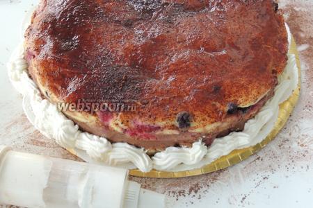 Поместим сливки в кулинарный шприц или мешок с насадками и делаем узоры по низу торта.