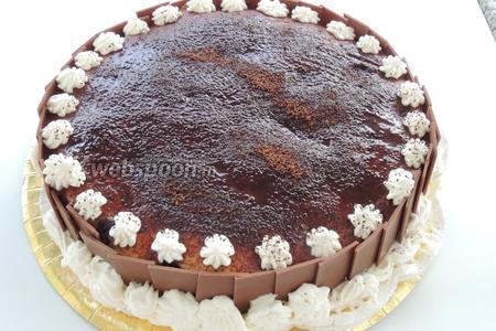 Вставляем по окружности торта шоколадные плитки. Сверху так же украсим сливками или ягодами. Можно угощаться, приятного аппетита!