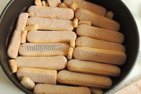 В разъёмную форму выкладываем печенье так, чтобы дно было полностью покрыто.