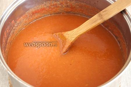 Протереть помидоры и яблоки через сито, соединить оба вида пюре. Уварить до густоты. Добавить натёртый на тёрке чеснок, положить все специи и пряности.