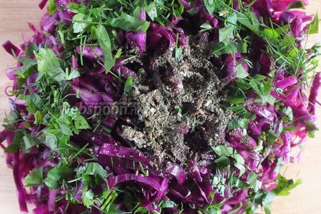 Достаньте салат из холодильника, попробуйте, не нужно ли ещё посолить или подсластить. Если вас устраивает вкус заправки, добавьте в салат сухие травы и свежую зелень. Перемешайте.
