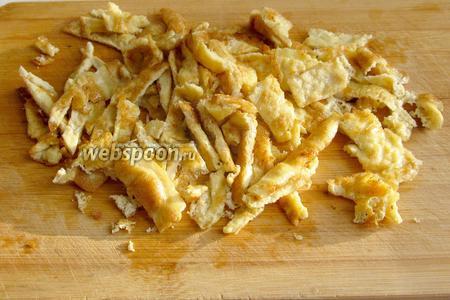 Нарезать омлет на мелкие кусочки или соломкой. Добавить в лагман при подаче.