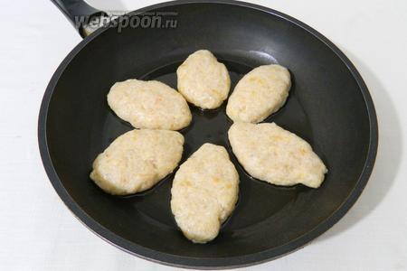 Выкладываем котлеты на разогретую сковороду с небольшим количеством подсолнечного масла.