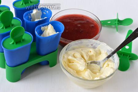 В формы для мороженого по очереди выкладывать сливовую массу и массу из маскарпоне.