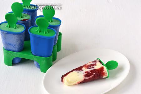 Перед подачей опустить формочки на несколько секунд в горячую воду и вынуть из них мороженое.