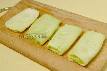 В основание листа кладём сыр, нарезанный прямоугольными пластинками.