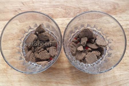На дно порционных бокалов выложите немного джема и печенья. Сбрызните коньячно-ванильной настойкой.