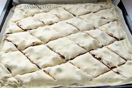 Получившийся пирог надрезаем ромбами, не прорезая тесто до самого дна.